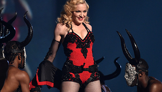 "Madonna performte bei den Grammys ihren neuen Song ""Living for Love"". (Bild: John Shearer/Invision/AP)"