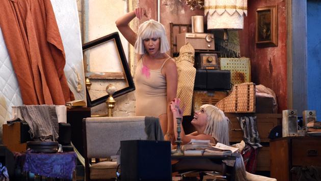 """Kristen Wiig und Maddie Ziegler performten als Sia ihren Song """"Chandelier"""" vor aufwendiger Kulisse. (Bild: John Shearer)"""
