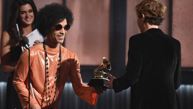 Prince überreichte Beck den Preis für das Album des Jahres. (Bild: John Shearer/Invision/AP)