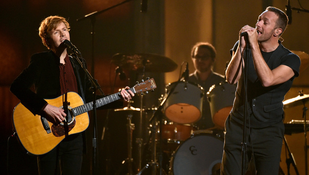 Beck und Coldplay-Frontman Chris Martin bei der Grammy-Show (Bild: John Shearer/Invision/AP)