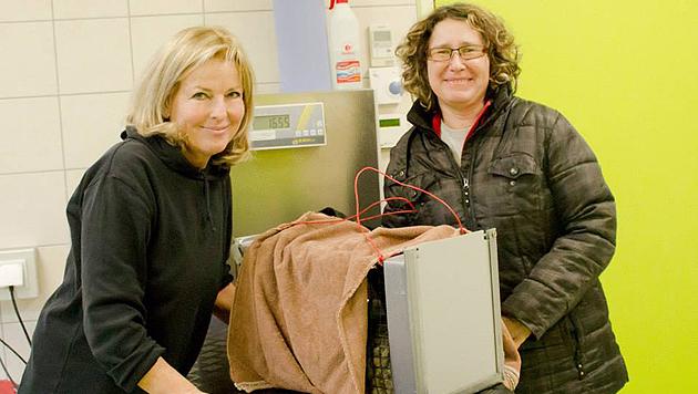 Evelin Pekarek (li.) lässt die Tiere auch auf Parasiten untersuchen. (Bild: TIKO Klagenfurt)