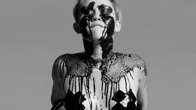 Miley weint schwarze Tränen, die sie sich über den ganzen Körper schmiert. (Bild: Viennareport)
