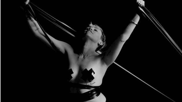Miley vollführt an einem Seil akrobatische Übungen. (Bild: Viennareport)