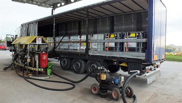 Ein beladener Lkw mit dem vermeintlichen Schmieröl (Bild: BMF)