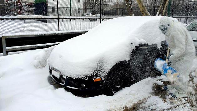 """""""Boston Yeti"""" hilft bei der Schneeräumung (Bild: Twitter/BostonYeti2015)"""