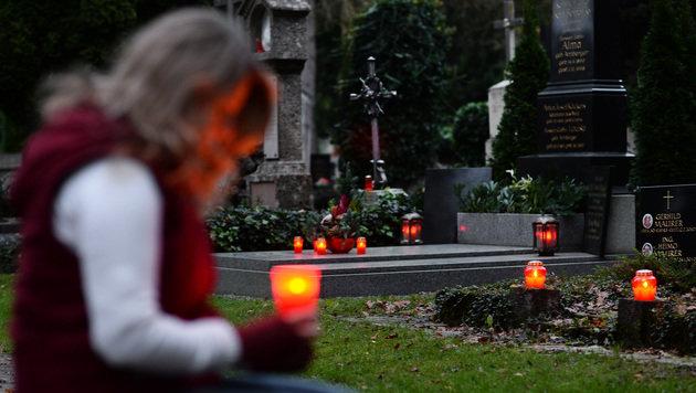 Dreiste Betrüger ergaunern von Trauernden Geld (Bild: APA/BARBARA GINDL)