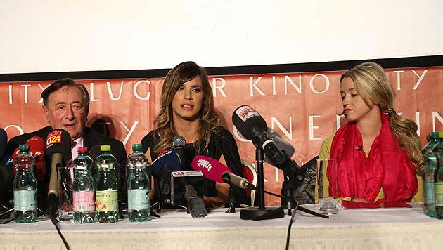 "Richard Lugner, Elisabetta Canalis und ""Spatzi"" Cathy Lugner (Bild: APA/HELMUT FOHRINGER)"