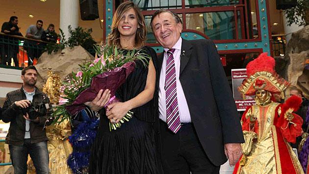 Elisabetta Canalis mit Richard Lugner bei der Autogrammstunde (Bild: Starpix/Alexander Tuma)
