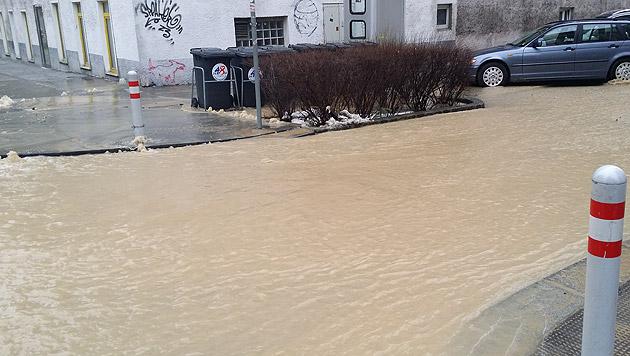 """Wasser floss nach Rohrbruch bis zum Westbahnhof (Bild: """"Krone""""-Leserreporter)"""