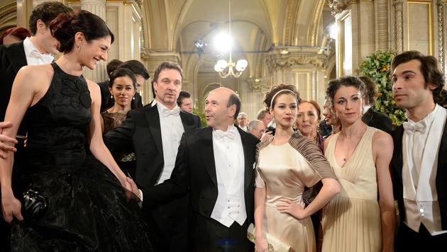 Die Tänzer und Tänzerinnen der Staatsoper und Staatsoperndirektor Dominique Meyer (Mitte) (Bild: ROLAND SCHLAGER)