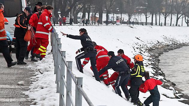 Einsatzkräfte brachten den völlig Unterkühlten ans sichere Ufer. (Bild: Markus Tschepp)