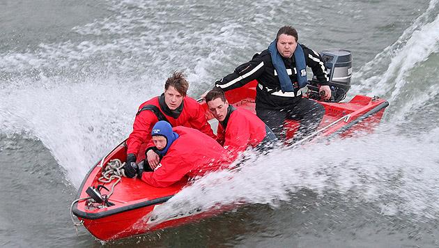 Ein Retter hält schützend den Arm um den Mann, der im eiskalten Wasser auf Rettung warten musste. (Bild: Markus Tschepp)