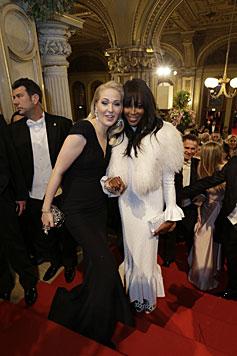 Naomi Campbell kam in einer weißen Robe von Azzedine Alaïa mit Kathrin Glock in Alexander McQueen. (Bild: Klemens Groh)