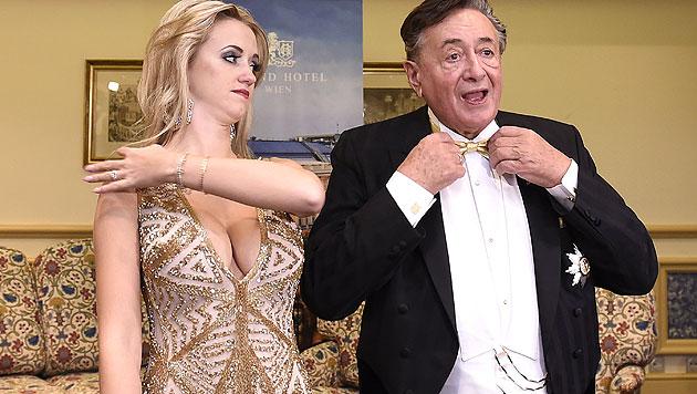 """Was für ein Ausschnitt! """"Spatzi"""" zeigt beim Opernball, was sie hat! Und zwar: Schlechte Laune? (Bild: APA/HERBERT P. OCZERET)"""