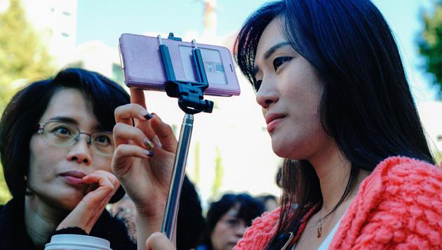 Museen in den USA verbieten den Selfie-Stick (Bild: flickr.com/Adam Singer)