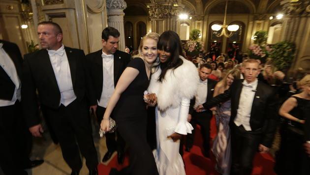 Kathrin Glock und Naomi Campbell Hand in Hand (Bild: Klemens Groh)