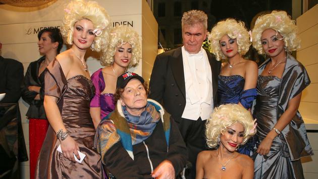 """Der """"Huge Hafner"""" von Zürich, Dr. Peter Buser, mit Helmut Berger und fünf Blondinen (Bild: Andreas Lepsi / LEPSIFOTO / Austria)"""