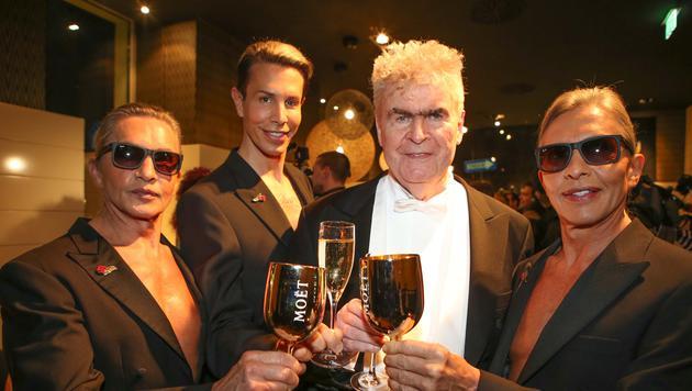 "Dr. Peter Buser mit den ""Botox-Boys"" (Bild: Andreas Lepsi / LEPSIFOTO / Austria)"