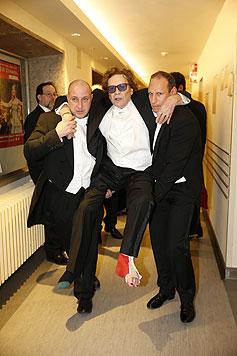 Helmut Berger wird in die Oper getragen - mit roten Fußnägeln. (Bild: Reinhard Holl)