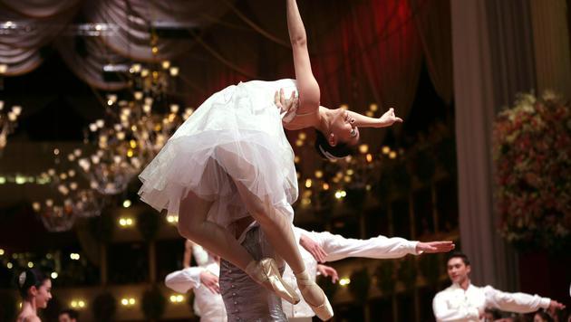 Tänzer des Staatsopernballetts während der Eröffnung des Opernballs 2015 (Bild: APA/GEORG HOCHMUTH)