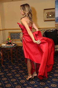 Elisabetta Canalis zeigt ihre offenbar auf die Gastgeber abgestimmten goldenen Schuhe. (Bild: Starpix/Alexander TUMA)