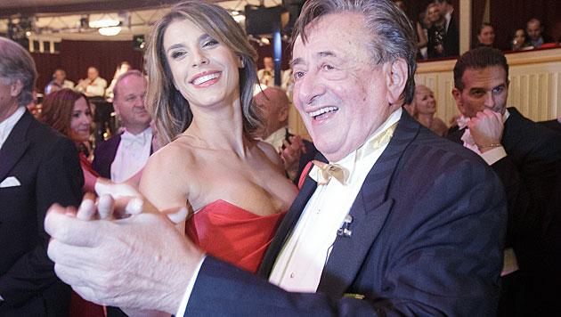 Wieder alles gut verpackt: Elisabetta Canalis und Richard Lugner beim Tänzchen. (Bild: APA/GEORG HOCHMUTH)