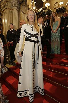Eva Dichand in einer weißen Traum-Couture-Robe von  Italo-Designer Valentino (Bild: Klemens Groh)
