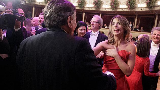 Ups! Elisabetta Canalis war das Missgeschick dann doch ein bisschen peinlich. (Bild: APA/GEORG HOCHMUTH)