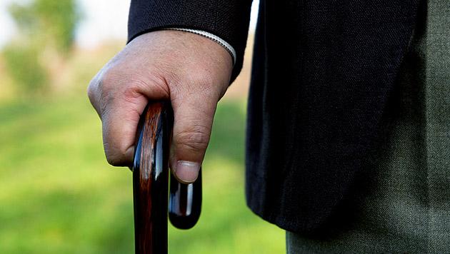 Gehbehinderter Pensionist nach Sturz bestohlen (Bild: thinkstockphotos.de)