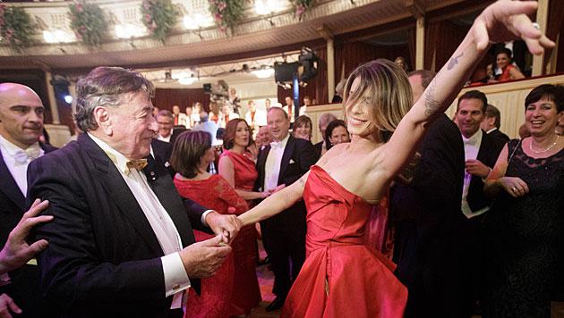 Elisabetta Canalis schwang mit Richard Lugner das Tanzbein. (Bild: APA/GEORG HOCHMUTH)