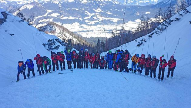 Der Lawinenkegel in Oberösterreich wird von Einsatzkräften der Bergrettung abgesucht. (Bild: APA/MAG. PETER HÖDLMOSER)