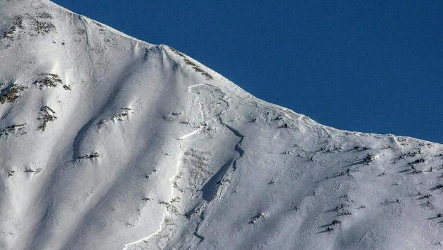 In diesem Lawinenkegel auf der Engel-Spitze in Tirol starb der deutsche Tourengeher. (Bild: APA/ZEITUNGSFOTO.AT/DANIEL LIEBL)