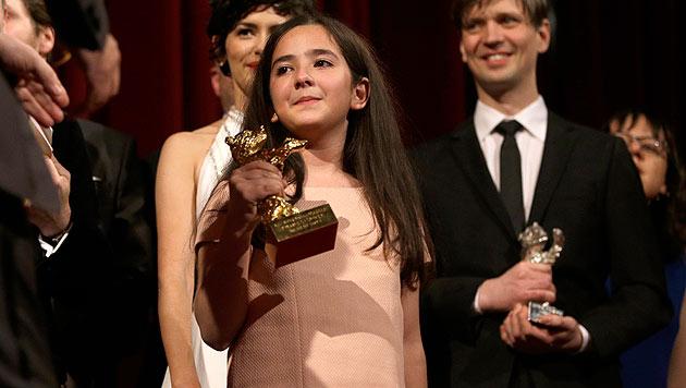 Die Nichte von Jafar Panahi, der nicht anwesend sein durfte, nahm den Goldenen Bären entgegen. (Bild: AP)