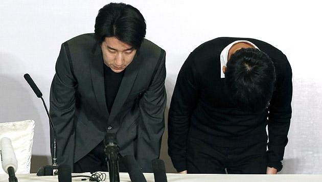 Gemeinsam mit seinem Manager verbeugte sich Jaycee Chan (li.) als Zeichen der Reue. (Bild: APA/EPA/WU HONG)