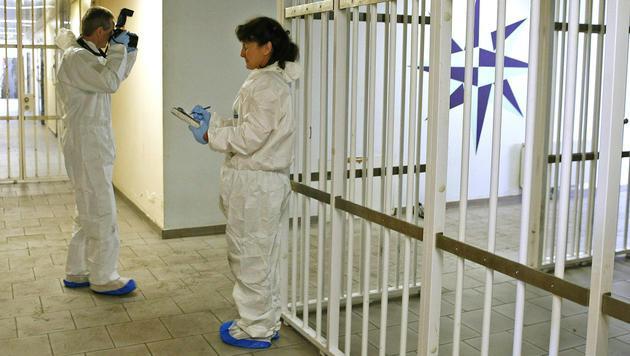 Brandermittler bei der Spurensicherung im Zellentrakt (Bild: APA/GERT EGGENBERGER)