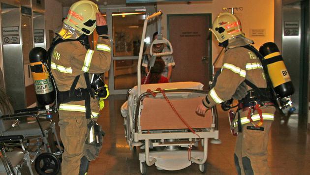 Mit Unterstützung der Feuerwehr wurden die Patienten aus der Gefahrenzone im AKh Linz gebracht. (Bild: APA/BERUFSFEUERWEHR LINZ)