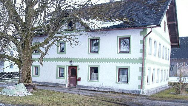 In diesem Haus überfielen die drei Räuber den 64-jährigen Oberösterreicher. (Bild: APA/DANIEL SCHARINGER)
