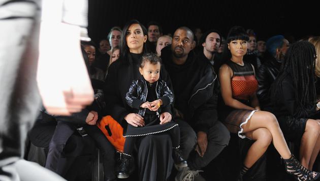 Kim Kardashian mit Töchterchen Nori am Schoß (Bild: 2015 Getty Images)