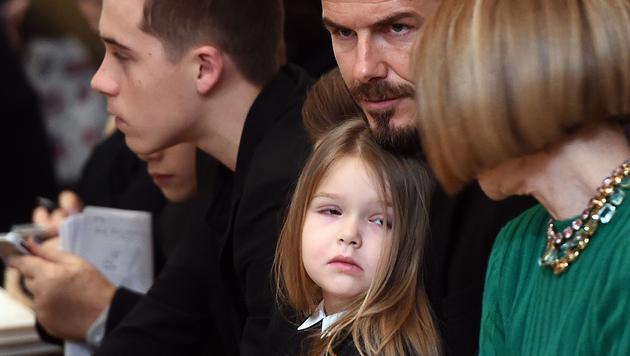 Harper Beckham schaut Anna Wintour in die Augen... (Bild: AFP)