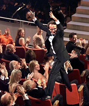 Unvergessen ist die unbeschreibliche Oscar-Freude von Roberto Benigni. (Bild: AP)
