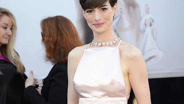 Anne Hathaway gewann zwar den Oscar, in die Schlagzeilen schafften es aber nur ihre Nippel. (Bild: MIKE NELSON/EPA/picturedesk.com)