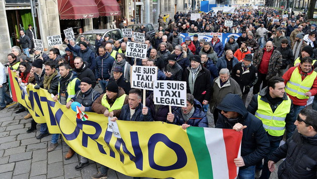 Italienische Taxifahrer demonstrieren gegen Uber (Bild: APA/EPA/ALESSANDRO DI MARCO)