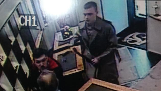 Der zweite Räuber war mit einem Elektroschocker bewaffnet. (Bild: APA/Polizei)