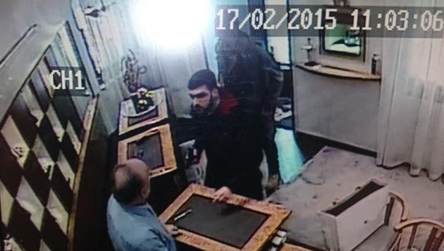 Die Täter gingen brutal vor: Sie bedrohten ihr Opfer mit einer Pistole und einem Elektroschocker. (Bild: Polizei)