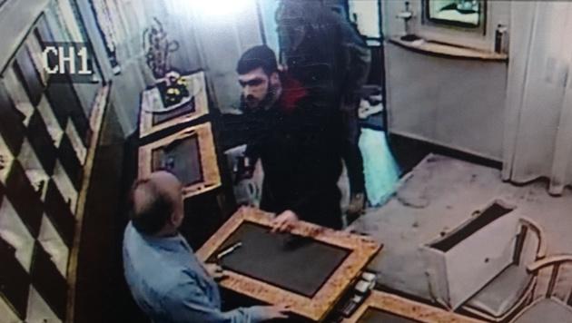 Die Bilder aus der Überwachungskamera zeigen die Täter. Einer bedrohte das Opfer mit einer Pistole. (Bild: APA/Polizei)