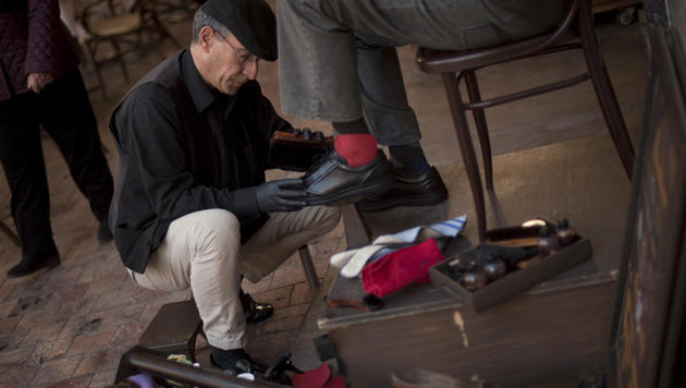 Schuhputzer verschenkt kostbare Twitter-Accounts (Bild: AFP)