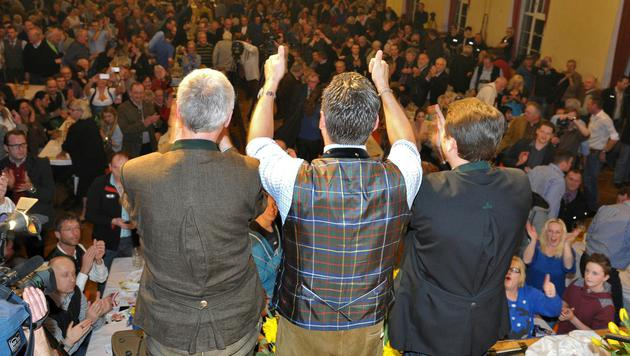 Applaus und Standing Ovations für FPÖ-Chef Strache (Mitte) am politischen Aschermittwoch in Ried (Bild: APA/Manfred Fesl)