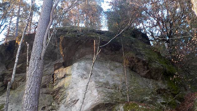 Über diese Felskante stürzte der Bub rund zwölf Meter in die Tiefe. (Bild: Alexander Schwab)