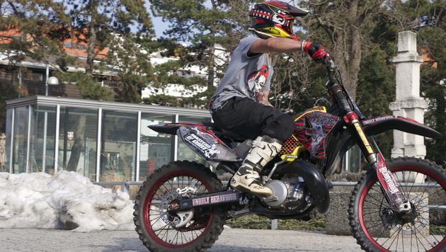 Stunt-Driver Sayer fährt sich warm für die Show. (Bild: mastersofdirt.com)