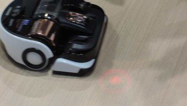 Der neue Powerbot-Staubsaugerroboter lässt sich bei Bedarf per Laserpointer zum Schmutz lotsen. (Bild: Sebastian Räuchle)